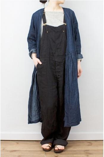 こちらは、カシュクールワンピースをコートのように着こなすアイディア♪オーバーオールとのコーディネートも女性らしくまとまります。