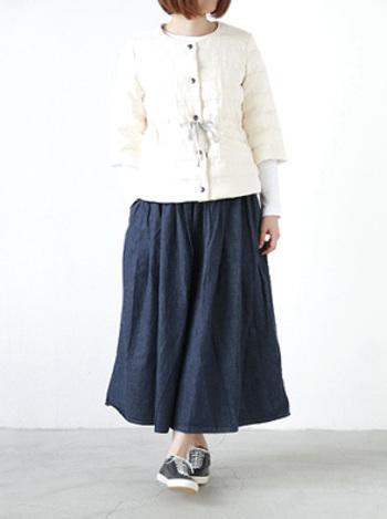 ボリュームのあるフレアースカートも、薄手のデニムならふんわり優しい雰囲気に♪トップスを細身の白でまとめて、すっきりしたシルエットに決まっています。