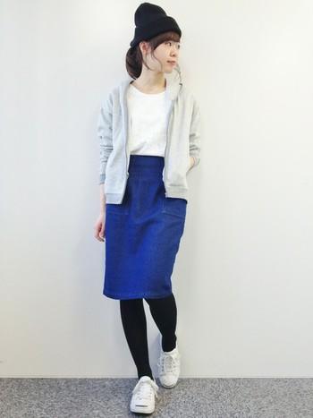 タイトスカートはシルエットの美しさを出すためにトップスをインして。ニット帽とタイツの黒をアクセントにしたコーディネートです。
