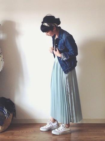 ミントグリーンのプリーツスカートと合わせた涼しげなコーディネート。細身で丈の短いジャケットなので、全体がすっきりとまとまりますね。