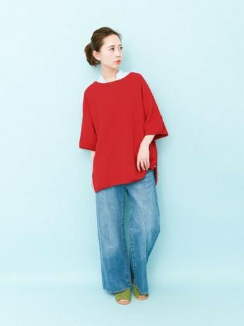 赤って苦手な方も多そうですよね。そういう時は単品できないでシャツと合わせると色味が抑えられていいですよ。自然なデニムの色もバランスがいいので気安くなります。ゆったりしたものを選ぶと今年らしく仕上がりますね。足元をサンダルやスニーカーにすることでカジュアルライクになり着こなしもオシャレに見えますよ。