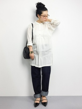 真っ白なシャツにエナメルのパンプスというスタイルに、デニムパンツでカジュアル感をプラス。ヘアスタイルやアクセサリーのバランスも上手に計算されていますね♪