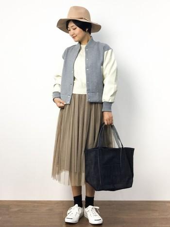 デニムのバッグはコーディネートにカジュアル感が生まれるのが魅力です。こちらは濃いインディゴのデニムバッグ。たっぷりサイズで実用性が高いのも嬉しいですね♪