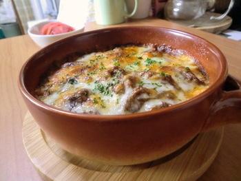 ハッシュドビーフをアレンジしてつくるドリアのレシピ。使う素材は変わらないのに、チーズをのせてカリッと焼くだけで異なる味を楽しめます♪