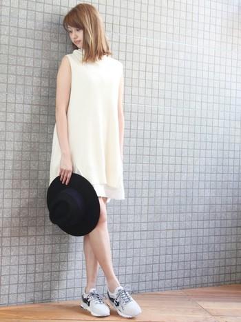 こちらは、シンプルなAラインの白いワンピースと。スニーカーがワンポイントになっているので、特別アクセサリーなどを加えなくても素敵。他にも、クロップド丈のパンツやデニム、スウェット、柄スカート...色んな組み合わせで抜け感あるスタイリングを楽しめそうです。