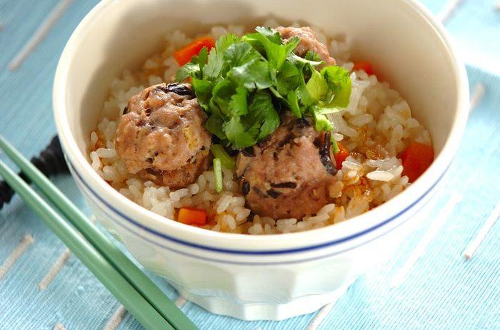 驚きの炊きこみご飯レシピの登場です。といだお米に酒・醤油などの味付け調味料、まるめた肉団子のタネを入れ、スイッチオン!で出来上がり。肉団子にはキクラゲも入って食感も抜群。野菜もお肉もばっちり食べられますし、炊飯器ひとつで作れるので嬉しい時短メニューですね。