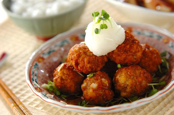 美味しいものは食べたいけれど、カロリーや脂質は気になるところですね。こちらのレシピでは、フードプロセッサーで高野豆腐を粗いみじん切りにし豚ひき肉と混ぜ合わせることで、お肉の分量を減らしヘルシーなミートボールにしています。食感もお肉に似ているので違和感なく食べられますよ!角切りのレンコンで食感をプラスしています。