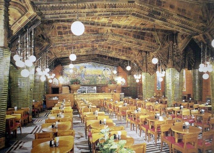地下鉄銀座線銀座駅から徒歩3分。JR有楽町駅から徒歩7分。  1934(昭和9)年、サッポロビールの前身、大日本麦酒株式会社の本社社屋として、菅原栄蔵の設計により建てられた銀座ライオンビル。1階にある「ビヤホール ライオン 銀座七丁目店」は、現存する最古のビヤホールです。国内産のガラスモザイクで描かれたとされる、豊穣と収穫をモチーフにしたホール前方の大壁画は圧巻の一言。古き良き昭和を伝えるホールは、趣深いインテリアも含め訪れたい建築のひとつです。