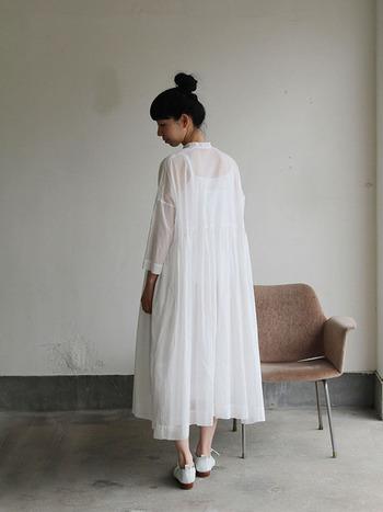 綿ローンという、とても細い糸で織られた平織りの布でつくられたワンピース。軽くて、ふわりと、まさに風と仲良しな素材です。