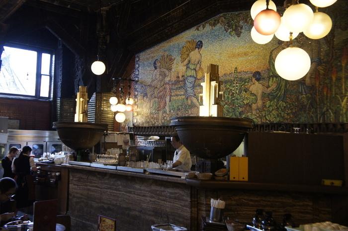 壁画とバーカウンター、今も昔も良い雰囲気で美味しいビールが飲みたくなりますね♪