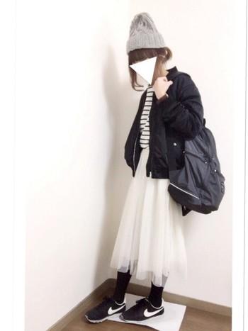 チュールスカートにMA-1を合わせて。モノトーンコーデでも、軽やかなスカートを取り入れることで一気に春めいたコーデに♪