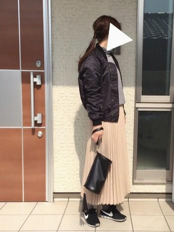 大きめサイズを軽く羽織る感覚で♪やわらかな淡いカラーのロングプリーツスカートと合わせて甘辛MIX☆ 黒のブルゾンはアクセントカラーがよく映えますね♪クラッチバッグもポイントです。