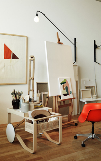 """北欧家具の代表として有名なブランド「artek(アルテック)」。1935年に建築家のアルヴァ・アアルトをはじめとする4人の創業者が始めたフィンランドの家具メーカーです。artekとは、""""Art(芸術)""""と""""Technology(技術)""""の融合という意味で、モダンな家具を追求し、高い技術で世界中にたくさんの愛用者がいます。"""