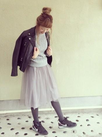 コンパクトなレザージャケットにふわっとかわいいチュールスカートを合わせた春コーデ。靴とアウター以外は、グレーのワントーンコーデで統一感があってしまりがありますね◎