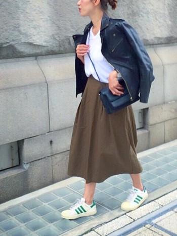 ブラックのレザージャケットと言えば代表的なのがライダースジャケット。今年はコンパクトなジャケットにボリュームのあるスカートを合わせ、スニーカーでカジュアルに落とし込んだスタイルもおすすめです♪