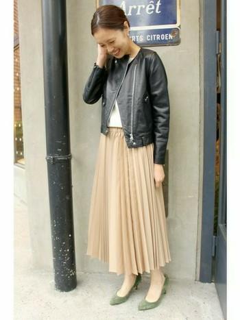 春色のスカートに春を感じさせるパンプスを合わせれば、足元から一気に春色コーデに♪