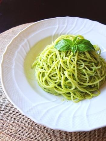 【バジルと小松菜のジェノベーゼ】 バジルと言えば「ジェノベーゼ」。こちらは、小松菜を加えたレシピです。