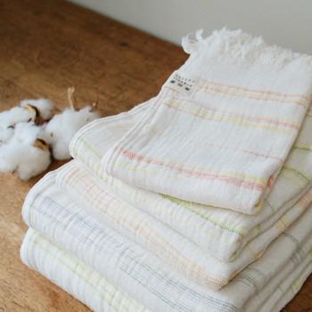 絣染めの糸を使った優しい風合いのバスタオルは貴重な日本産の綿を使用。ふっくらとしながら柔らかな肌触りは「天衣無縫」のタオルならではの質感です。