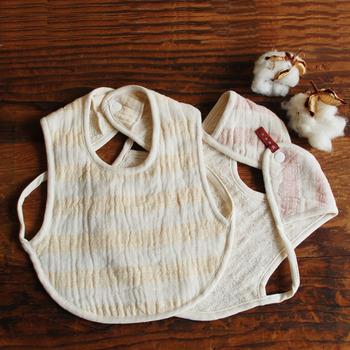 スラブ綿のスタイは吸収性も高く、赤ちゃんのかぶれやすいお肌にも優しそう。袖を通すタイプなので、動いてもずれにくい工夫がされています。