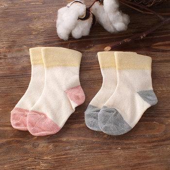 刺激に弱い赤ちゃんのためのゴムなしの靴下。自然な形とフィット感で、赤ちゃんの足を優しく包んでくれます。
