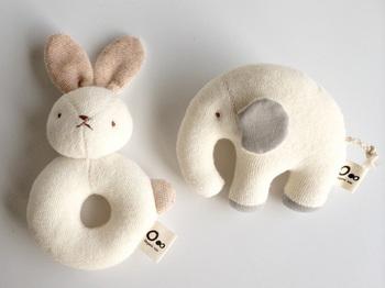 新生児から与えられるオーガニックコットンのおもちゃはプレゼントの定番ですね。