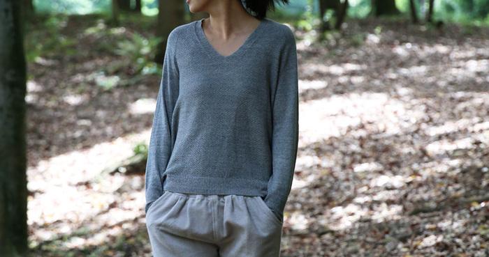 オリジナルの糸作りから始まったプルオーバーは、大人の女性にこそ着てほしい滑らかな肌触りと上品な色合い。誰にでも似合うシンプルなデザインも素敵です。