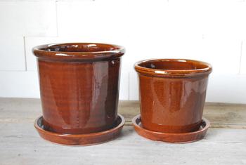 「S-pot(エスポット)」  Standard potよりモダンなデザインですね。ハーブなど細々なした植物に向いているかも。サイズは7・6号。