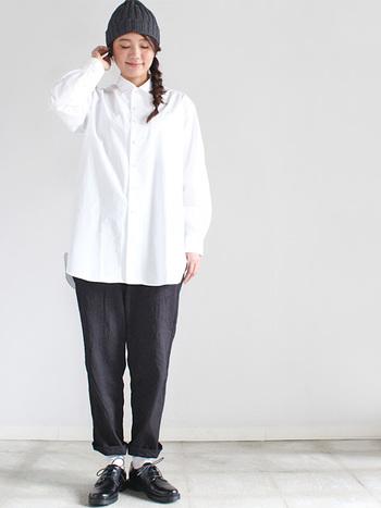 ニット帽や靴などの小物、ボトムスの色を揃えて白シャツを主役に。髪型でほんのり女性らしいエッセンスを加えて。
