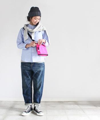 ゆったりデニムパンツと合わせて男の子のようなコーディネートに。鮮やかなピンクのバッグがさし色になって、ボーイッシュニなりすぎず可愛らしい印象に。