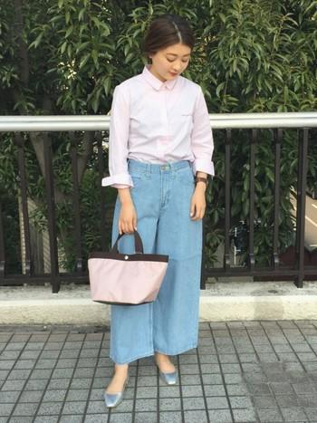 春らしいピンクのシャツ。一見難しそうなデニムのワイドパンツも、ピンクのシャツとあわせれば女性らしい大人カジュアルがつくれます。