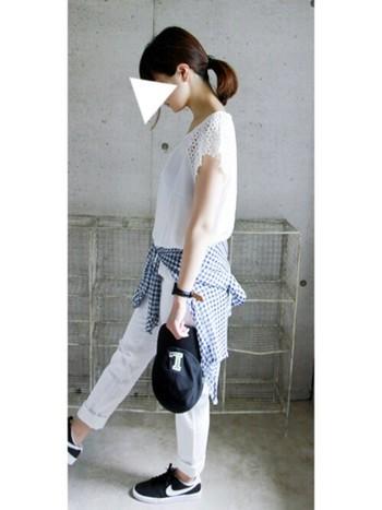 ホワイトコーディネートの小物のひとつとしてギンガムシャツを腰巻き。カジュアルなのにフェミニンさもあって、真似したいコーディネートです。