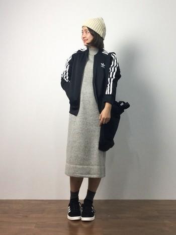 ジャージとニット帽、リュック、スニーカーで作り上げるカジュアルなニットワンピスタイル。女らしいイメージのニットワンピもスポーティーでヘルシーなイメージに♪