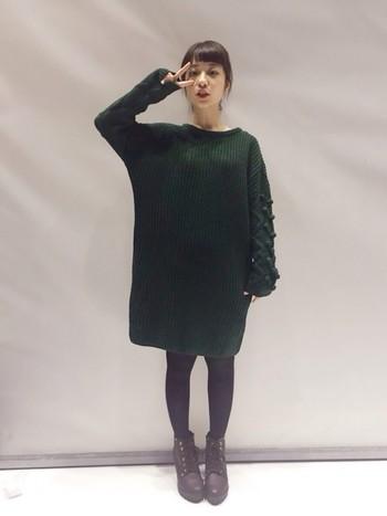 濃いめのグリーンが素敵なニットワンピは一枚ですとんと着て◎ 袖の部分が特徴的なのでアウターを羽織らず着たいですね。