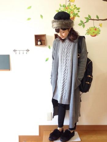 レギンスと合わせた定番のレイヤードスタイル。少し短めのニットワンピを一枚で着ることに抵抗のある人にもおすすめのコーディネートです。インパクトのある帽子で個性あるスタイルに♪