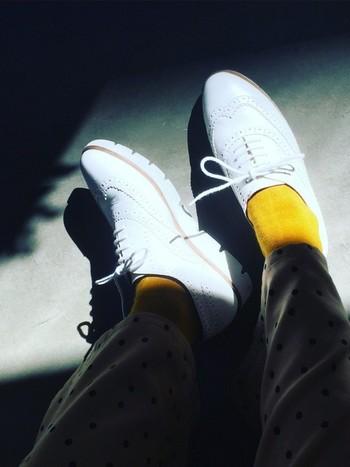 今日は地味なコーデだな・・・と感じたときには、イエローの靴下を選んでみましょう。足元に元気の出る黄色がさりげなく見えると、活力がわいてきます。