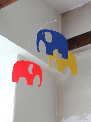 象の可愛らしいモビール。パキっとした色合いと大きさが、赤ちゃんの目をひきます。インテリアとしてもキュートな所が◎。