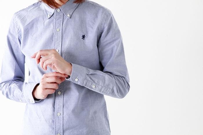 """目の詰まった高級綿「スーピマ超長綿」を使い、鹿の子編みで仕上げたオックスフォードシャツ。淡いブルーがとっても爽やか。縫製後に洗いをかけているので、しっかりとした生地なのに着た瞬間から身体に馴染みます。左胸にはお馴染み""""グリフィンマーク""""の刺繍入り。"""