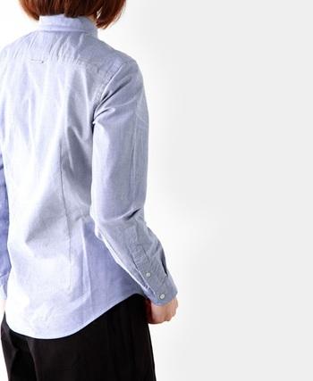 腰のあたりで縦ラインに生地をつまむことで、すっきりとしたバックシルエットに。長めにとった剣ボロ(袖にある切れ込み)のおかげで腕まくりがしやすくなっています。