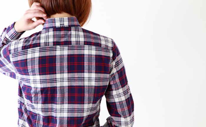 コットン100%でさらりと軽い着心地のシャツ。大きめチェックでカジュアルな印象に。コンパクトなシルエットなので野暮ったくならず、上品に着こなすことができます。