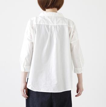 肩がストンと落ちるワイドなシルエット。袖部分はすっきりと、着丈も短めなので、意外とコンパクトに着ることができます。