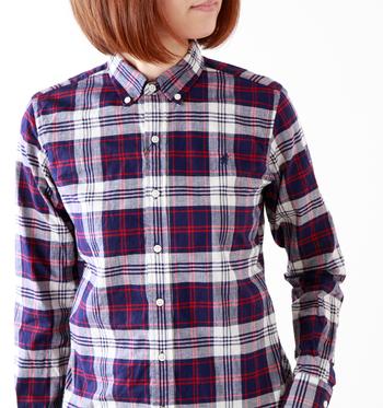 第一ボタンまで締めてきちんとスタイル。さらりと白いカットソーに羽織ってアクティブに。シャツをメインにコーディネートを考えたくなる1枚です。