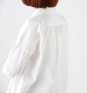 ワッフルのようにぽこぽこと凹凸のあるエンボス加工を施した生地。先ほどの「コットンバーバーシャツ」より、ふっくらしているのが分かりますか?「ただの白シャツじゃつまらない!」という人におすすめの個性派シャツ。
