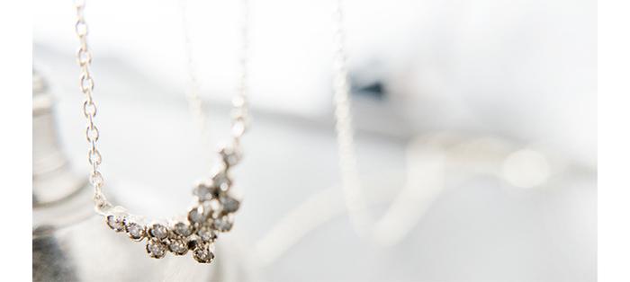 ホワイトダイヤがランダムに重ねられたネックレス。 それぞれの小粒のダイヤが共鳴しあうように、美しい光を放ちます。