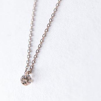 深い色味を持つブラウンダイヤの個性を活かし、シンプルに仕上げた1粒ネックレス。 ダイヤは優しく柔らかく光るローズカットが施されています。
