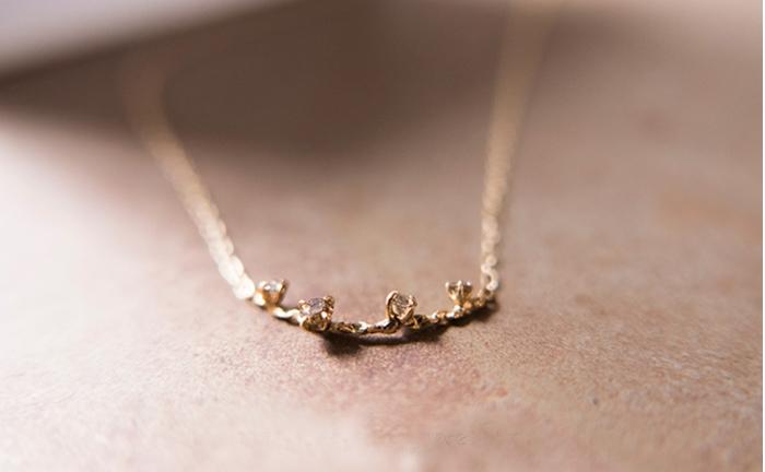 いびつなラインにブラウンダイヤをランダムに配置したネックレス。 物静かな佇まいに見とれてしまいます。