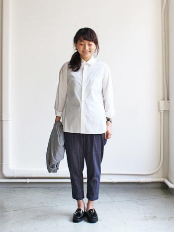 サイドのスリットが深めに入った洗練されたデザインの、YAECA (ヤエカ)ドレスシャツロング。とっても滑らかな生地で、さらりとした肌触りが心地よく、やや長めの着丈なので、ボトムスにインしてきちんと感を出し、アウトにしてもスリットによってすっきり見える、着まわしやすい一着です。