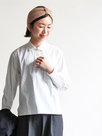 ボックスシルエットが可愛らしい、YAECA(ヤエカ)プルオーバーシャツ。洗いざらしの柔らかい素材なのでカジュアルアイテムに合わせやすく、着丈がやや短めなので、ボリュームのあるボトムスとの相性抜群です。