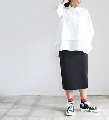 個性的なデザインの、TIGRE BROCANTE(ティグルブロカンテ)プルオーバー・ダブルブラウス。身頃を二重にして裾にレイヤードをつけ、後ろ着丈が長めでヒップが隠れるデザインなので、スカートやパンツのどちらとも相性抜群!程良い生地厚のコットンブロードにゆったりめのシルエットで気軽に着ることができます。