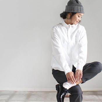 上質なスイスコットンを使用したmaillot(マイヨ)のラグランシャツ。薄手ながらハリのある生地感で通年通して着用できます。体に沿うような立体的なシルエットでありながら、身幅にややゆとりのあるリラックスしたフィット感なので、お仕事用に最適!もちろん普段着にも活用できます♪ラグランスリーブの袖や厚いシェルボタンなど、ディテールにも細かいこだわりが。