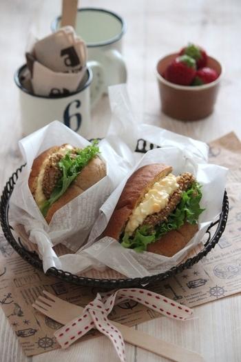胡麻チキンと卵のロールパンサンド。 胡麻が香ばしいレシピです。コロンとした形もかわいいですね。
